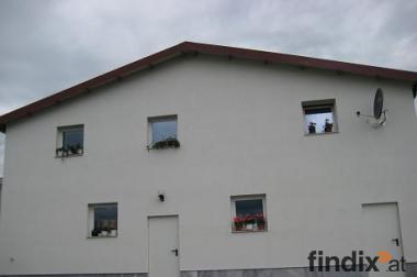 Betriebshalle mit Büro- u. Wohnräumen zu vermieten.