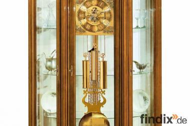 Glasvitrine mit einer wunderschönen Uhr