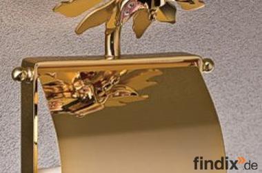 Goldene Bad-Accessoires mit einem Schmetterling als Dekoration