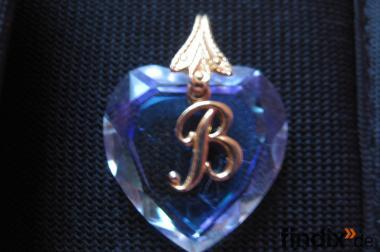 Herzanhänger aus geschliffenem Glas mit dem Buchstaben B aus Glas