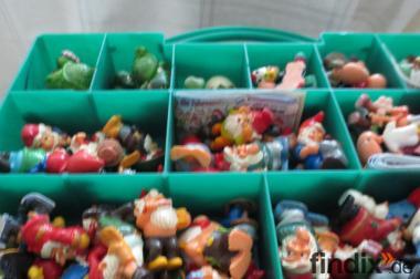 Kiste voll mit  Ü-Eier-Figuren