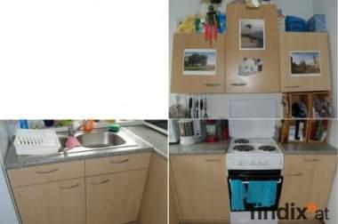 Küche mit E-Herd, Mikrowelle und Spülbecken
