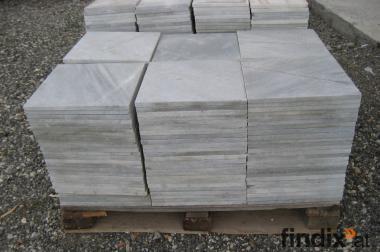 Marmorplatten, grau-weiß marmoriert , schwarz-weiß durchzogen.