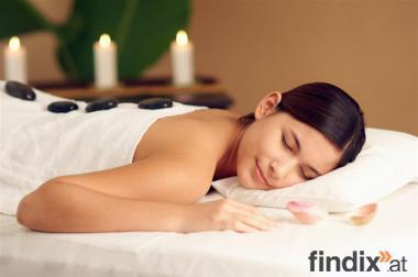 Massage mit Basaltsteinen