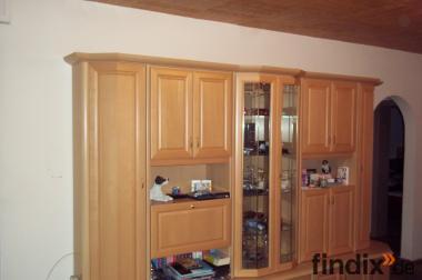 Moderner Wohnzimmerschrank mit Glasvitrine