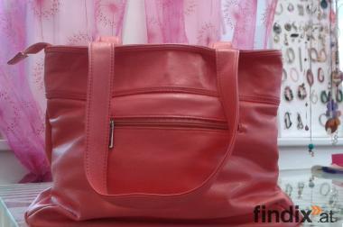 Orange Handtasche, 5 Fächer um 9€.