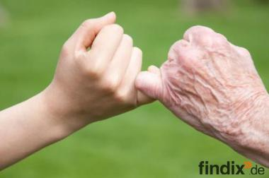 Pflegefachkraft bietet Hilfe bei der Pflege& Hauswirtschaft