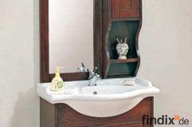 Schmales Badmöbel mit Spiegel und Hängeschrank