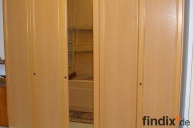Sehr schönes, großes Schlafzimmer mit viel Stauraum