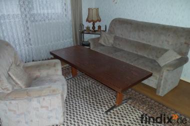 Sofa. Sessel und Tisch