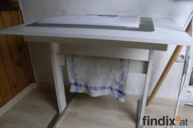 Tisch aus Holz mit Metallfüßen