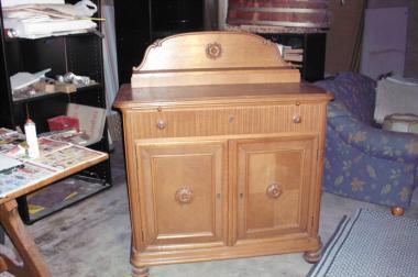 Vollholztisch mit 4 Stühle  und Möbel im Hindergrund