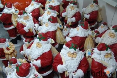 Weihnachtsmann als Blickfang im Sommer Tel. 033767 - 30750