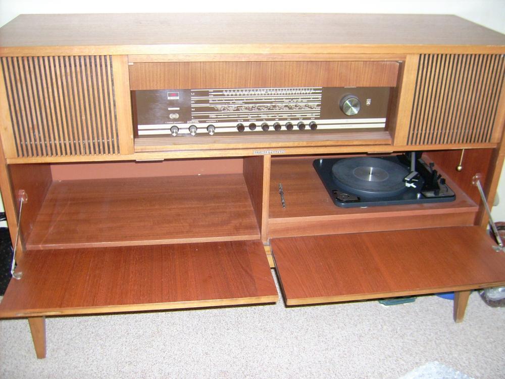 alte musiktruhe mit radio und plattenspieler 489400. Black Bedroom Furniture Sets. Home Design Ideas