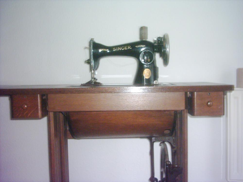 antike singer n hmaschine aus dem jahr 1923 1925 410702. Black Bedroom Furniture Sets. Home Design Ideas