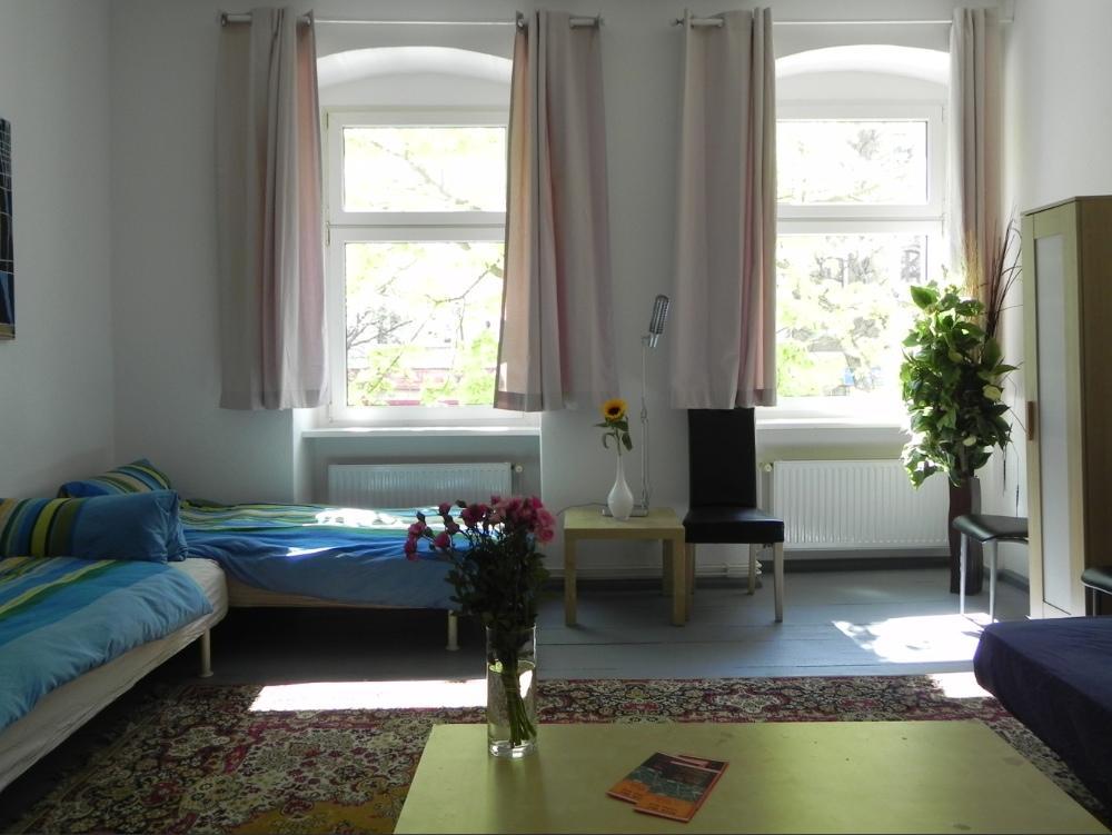 gruppenunterkunft berlin 16 personen ferienwohnungen 030868704702 833090. Black Bedroom Furniture Sets. Home Design Ideas