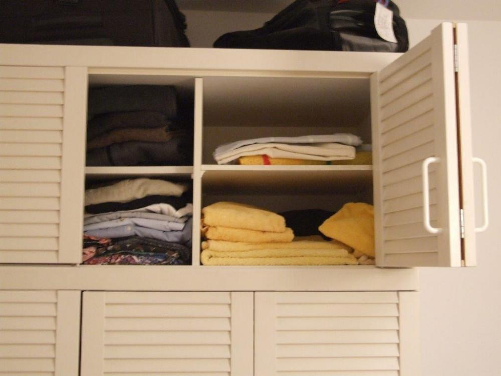 gut erhaltener weisser kleiderschrank zu verkaufen 854579. Black Bedroom Furniture Sets. Home Design Ideas