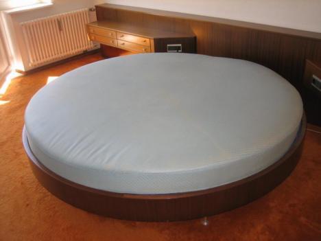 rundes bett aus den 60ern und nachtkastenzeile 14044. Black Bedroom Furniture Sets. Home Design Ideas